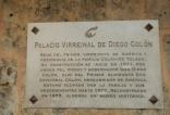 Placa informativa sobre la construcción y el destino de este palacio habitado por la familia Colón-Toledo.
