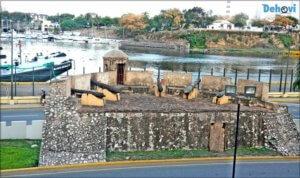 Esta muralla frente al río Ozama servia como protección del palacio en la época de la colonia.